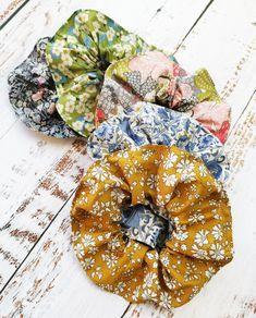 Følg den nye trend og sy selv de skønneste scrunchies i stof fra Liberty of London. Med denne udførlige billedinstruktion kan selv nybegynderen være med. Flower Diy, Diy Flowers, Scrunchies, Crochet Blanket Patterns, Diy Cards, Birthday Cards, Diy And Crafts, Quilt, Liberty Of London