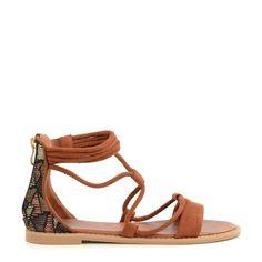 Deze etnische sandalen mogen dit seizoen echt niet ontbreken in je collectie. Draag ze super vrouwelijk onder een jurk of casual onder een opgerolde jeans. De bruine sandalen hebben een etnische print op de hiel en zijn gemaakt van suedine.