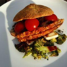 1/2 Ostebolle-burger med flæskesteg, tomater, stegte løg og broccoli med brie og røget paprika. Book kurser hos www.madmedvibs.dk