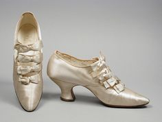 America - Pair of Woman's Barrette Shoes by Thayer, McNeil & Hodgkins - Silk satin, leather Edwardian Shoes, Victorian Shoes, Edwardian Fashion, Vintage Fashion, Edwardian Era, Vintage Boots, Vintage Outfits, Fashion Shoes, Fashion Accessories