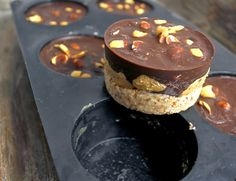 Peanut Chocolate Dessert with Almond Hazelnut Base Desserts With Biscuits, No Bake Desserts, Raw Food Recipes, Cake Recipes, Yummy Drinks, Yummy Food, Nordic Recipe, Norwegian Food, Homemade Sweets