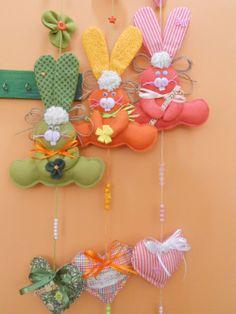 Easter Crafts, Felt Crafts, Diy And Crafts, Felt Keyring, Fuzzy Felt, Felt Christmas Ornaments, Craft Night, Spring Crafts, Easter Traditions
