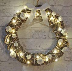 Valkoisia ruusuja valaistun kranssin koristeena Grapevine Wreath, Grape Vines, Wreaths, Home Decor, Decoration Home, Door Wreaths, Room Decor, Vineyard Vines, Deco Mesh Wreaths