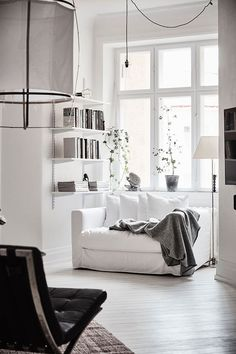 Awesome spacious white scandinavian apartment with black details home livin Patio Interior, Home Interior, Interior Styling, Classic Interior, Interior Designing, Contemporary Interior, Luxury Interior, Design Scandinavian, Scandinavian Apartment
