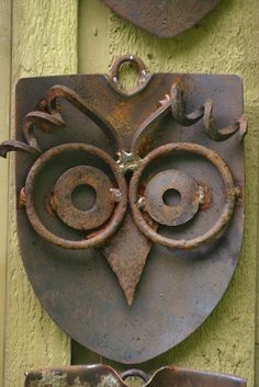 Nothing seems to be more useless and ruined than our metal tools and objects that get all rusty. However, with a little creativity and an artistic touch, you can turn that used-to-be rusted junk into great decorations and projects for your backyard! Here are... #backyard #diyprojects #gardenboxes