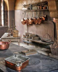 Copper Pots, Copper Kitchen, Old Kitchen, Kitchen Art, Kitchen Tools, Pasta Box, Antique Copper, Decoration, French Vintage
