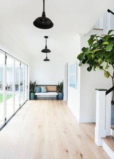 idee revetement de sol en parquet chene massif clair pas cher, couloir avec grandes fenetres