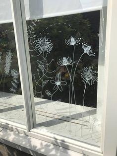Een #raamtekening van #botanische #bloemen fleuren je raam op. Met deze #DIY #print voor op je raam maak je deze #doodles / #illustraties van #zomerse bloemen heel eenvoudig zelf. Het is een directe #download van deze #tekeningen in de vorm van een #sjabloon wat je over kan trekken. Deze sjablonen bevatten alle bloemen die je op de foto's kan zien inclusief een libellen. #cecielmaakt #webshop #krijtstifttekening