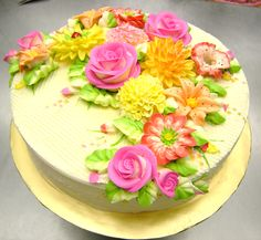 Really nice looking buttercream flowers Pretty Cakes, Beautiful Cakes, Amazing Cakes, Buttercream Decorating, Cookie Decorating, Extreme Cakes, Buttercream Flower Cake, Spring Cake, Cake Decorating Techniques