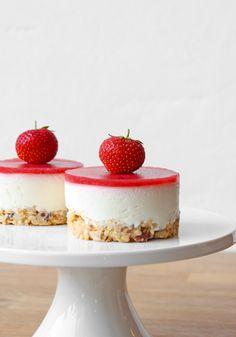 Kage med hyldeblomstmousse og jordbær