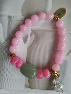 Armband Calm Pink een combinatie van roze half edelsteen en Aventurine half edelsteen in het midden, afgezet met Swarovski kralen