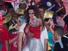 Com decote arrasador, Viviane Araújo samba na quadra do Salgueiro e quase mostra demais