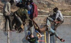 """مئات المهاجرين الأفارقة يقتحمون سياج مدينة """"مليلية المحتلة"""""""