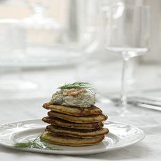 Blinit savukalatäytteellä ovat juhlava uuden vuoden ruoka. Camembert Cheese, Kala, Table Decorations, Breakfast, Food, Passion, Morning Coffee, Essen, Meals