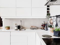 This two room apartment listed at 55 kvadrat is a great example of perfect scandinavian interior design. It combines the pure white color palette with Home Kitchens, Scandinavian Kitchen, Kitchen Remodel, Kitchen Dining Room, Kitchen Decor, Kitchen, My Scandinavian Home, Little Kitchen, Kitchen Cabinets