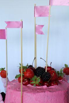 Layer cake de chocolate y nata con relleno de moras y fresas