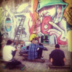 Grafittero pintando Parque España, Rosario, Santa Fe  #grafittis #muralesporelmundo #urbangrafittis #travel #aroundtheworld