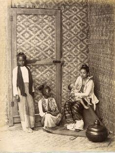 Felice Beato Photo In Burma BIRMANIE - BURMA PORTRAIT Mère et ses enfants dans leur intérieur - Circa 1875