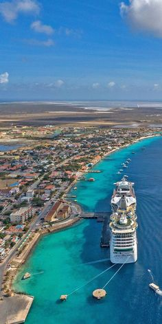 Jewel of the Seas | Jewel of the Seas delivers some of the world's most sparkling destinations. Biggest Cruise Ship, Best Cruise Ships, Cruise Port, Cruise Travel, Cruise Ship Pictures, Bateau Yacht, Caribbean Cruise Line, Jewel Of The Seas, Norwegian Cruise Line