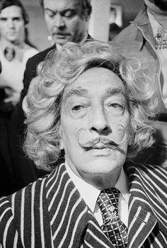 Dali inaugure le salon parisien du coiffeur espagnol Lluis Llongueras rue Saint Honoré en 1974 (depuis Paris et Dali)