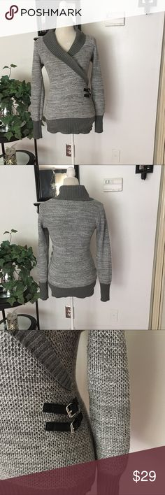 GUESS Gray White Long Sleeve Sweater Guess Gray White Long Sleeve Sweater. Size Medium. In very good condition. Bust/chest (armpit to armpit) measures approx 17 inches un stretched, length is approx 26 inches un stretched. 65% polyester, 35% cotton Guess Sweaters