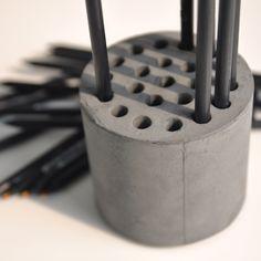 한여름 밤... 고추장 삼겹살이 먹고 싶었습니다. 그래서 연필 꽂이를 만들었습니다. 나무스틱, 칼, 종이그...
