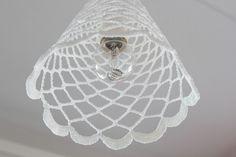 Virkattu lampunvarjostin, joka on kovetettu sokerilla.