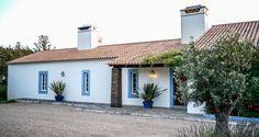 Spanish Bungalow, Spanish Style, Greek Decor, Pintura Exterior, Casa Patio, Rural House, Farmhouse Renovation, Courtyard House, Portugal