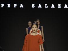 Tweet TweetDie aus Valencia stammende Pepa Salaza hat ihr Handwerk in Madrid gelernt. Dort studierte sie Modedesign an der IDE Das besondere, sie orientiert sich an alten handwerklichen Verarbeitungsmethoden.. Ihre Kollektion ist nicht genäht sondern geknüpft und geknotet. Pepe Salaza wurde bereits zwei mal mit dem Fashion Award ausgezeichnet. Ihre Kollektion ist Schwarz, Dunkelblau, Rot und Weiß gehalten und erstellt auch Kombinationen aus den Farben. Sie verarbeitet steife Stoffe die…
