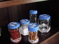frascos con puntillas y pintura de las tapas con nuves en el cielo | Decorar tu casa es facilisimo.com