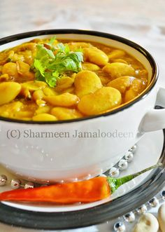 The so famous Mauritian Lima Beans Curry (Masala Gros Pois)! :) This dish is among one of the base food in the Mauritian Cuisine. Lima Bean Recipes, Curry Recipes, Vegetable Recipes, Vegetarian Recipes, Cooking Recipes, Lima Beans Indian Recipe, Mauritian Food, Beans Curry, Indian Dishes