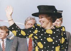 Koninginnedag. Koningin Beatrix en de koninklijke familie op bezoek in Vlieland, Nederland 30 april 1993. Koningin Beatrix zwaait naar de bevolking van Vlieland nadat zij met de helicopter is geland. Achter Beatrix, prins Claus en kroonprins Willem-Alexander.