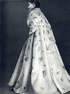 Jeanne Lanvin Evening Coat, photo by Philippe Pottier, 1952 Quirky Fashion, 1950s Fashion, White Fashion, Timeless Fashion, Vintage Fashion, Vintage Gowns, Vintage Coat, Vintage Outfits, Vintage Stuff