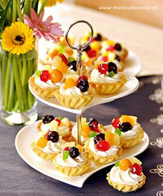 Brittle Cupcakes with Whipcream and Fruit kruche babeczki z owocami Tart Recipes, Sweet Recipes, Cooking Recipes, Mini Desserts, Delicious Desserts, Yummy Food, Party Food Platters, Sweet Bakery, Mini Foods