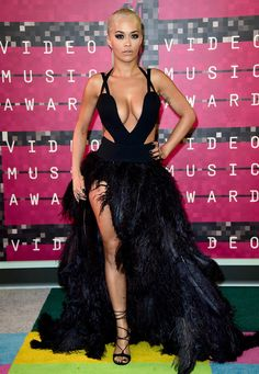 Rita Ora looks like she wants to join Daft Punk in futuristic sunglasses - Celebrity Fashion Trends Rita Ora, Sexy Dresses, Nice Dresses, Stuart Weitzman, Mtv Video Music Award, Music Awards, Beautiful Gowns, Dress To Impress, Celebrity Style