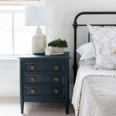 Do you want to update the decor of your room? Home Staging, economical and efficient, is probably the solution for you! On sunny days, a distinguished guest slipped into your room: Home Staging! Blue Nightstands, Dresser As Nightstand, Dressers, Bedroom Furniture, Bedroom Decor, Bedroom Ideas, Luxury Furniture, Garage Furniture, Furniture Market