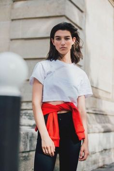 As the fashion pack arrives in the french capital for Paris Fashion Week, see the best street style looks and trends from the streets outside the shows Street Style 2017, Model Street Style, Street Style Looks, Street Styles, Cool Street Fashion, Paris Fashion, Comfortable Fashion, Get Dressed, Dresses For Work