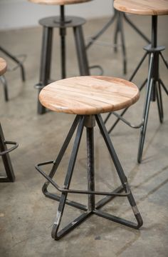 A large threaded rod allows the stool seats to screw up or down. Welded Furniture, Steel Furniture, Cool Furniture, Furniture Design, Cool Bar Stools, Industrial Bar Stools, Vintage Industrial Furniture, Cafe Chairs And Tables, Dining Chairs