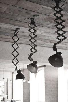 Vroeger besteedde men weinig aandacht aan plafondlampen. In bijna elke huiskamer zag je de klassieke luchters. Ze bestonden uit een aantal armen met daarop lampenkapjes. Iedereen herinnert zich nog de bloemetjesmotieven of de varkensblaas-vellen waardoor het licht moest komen. In de wat chiquere milieus zag je ook wel de kristallen luchter: de overdaad van belletjes […]