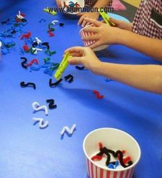 Minute to Win It idea. Using pieces of pipe cleaner as worms and clothes pegs as bird beaks is a very easy way to work on developing those little hand muscles and fine motor control! Motor Skills Activities, Montessori Activities, Gross Motor Skills, Preschool Activities, Sports Day Activities, Quiet Toddler Activities, Physical Activities, Finger Gym, Funky Fingers