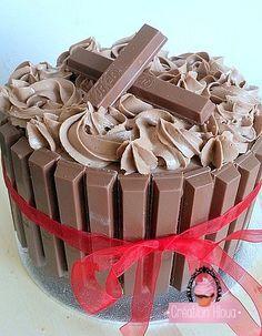 Gâteau kit kat                                                                                                                                                                                 Plus Kit Cat Cake, Cake Kit, Birthday Cake For Mom, Bithday Cake, Sweets Recipes, Just Desserts, Cake Recipes, Gravity Cake, Different Cakes