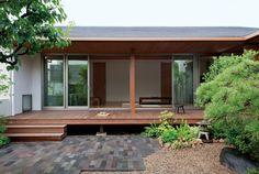 両親が残した庭を楽しむ和モダンの平屋 Japanese Style House, Japanese Home Decor, House With Porch, House In The Woods, Bungalow Haus Design, House Design, Interior Exterior, Exterior Design, Style At Home