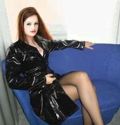 Beautiful redhead with shiny vinyl coat Black Raincoat, Raincoat Jacket, Vinyl Raincoat, Pvc Raincoat, Imper Pvc, Pvc Coat, Pantyhose Legs, Nylons, Latex Dress