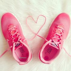 Nike Free Women's running shoes in pink.  Available in various colors.  Sueños de Mañana