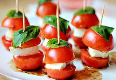 Here's a super bowl snack idea. Check out these mini caprese bites. Appetizers For Party, Appetizer Recipes, Appetizer Ideas, Appetizers On A Toothpick, Party Snacks, Pizza Appetizers, Appetisers, Finger Foods, Love Food