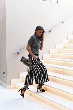 Nina Schwichtenberg trägt einen Mustermix aus gestreifter Culotte, Streifen Shirt, Tasche und schwarzen Heels. Mehr auf www.fashiioncarpet.com