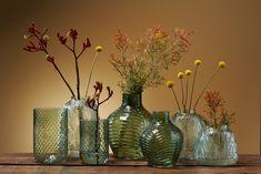 Vazen kunnen veel doen voor de sfeer in huis! Deze hebben de mooiste patronen in het glas, je maakt er een mooi 'groen' hoekje mee! #vaas #botanisch #botanischwonen #groeninhuis #kwantum Glass Vase, House Design, Home Decor, Drinkware, Decoration Home, Room Decor, Interior Design, Architecture, Home Interiors