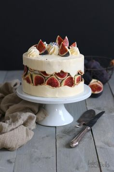 Try this latest baking trend: Fault Line Cakes! Stunning look but fairly easy to make – this one here is a Honey Fig Fault Line Cake! Cupcake Frosting Tips, Frosting Recipes, Cupcake Cakes, Cake Recipes, Dessert Recipes, Fondant Cakes, Köstliche Desserts, Delicious Desserts, Fig Cake