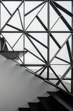 Pitsou Kedem designs dark brass lattice wall for Tel Aviv apartment New Staircase, Staircase Remodel, Staircase Design, Staircase Ideas, Railing Design, Tel Aviv, Lattice Wall, Pitsou Kedem, Glass Structure