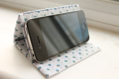DIY Tutorial - IPhone Stand >> by Wrapped Up In Rainbows >> Ahhh. I needed a tutorial for this. Great idea. Now I can watch Netflix before bed and not worry about holding it!